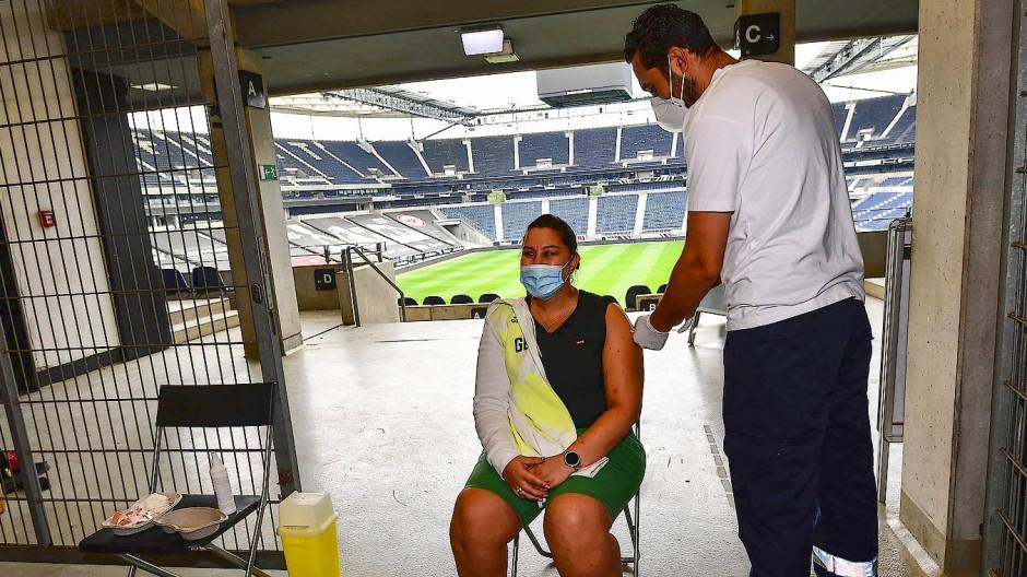 Ein Beitrag zur Bekämpfung der Pandemie: Der zweiten Corona-Sommer bietet auch in Frankfurt Stadionerlebnisse der speziellen Art.