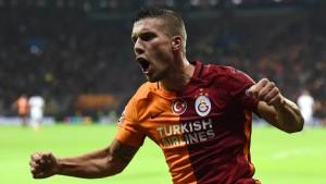 Podolski schießt Istanbul zum Sieg