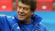 Altmeister Otto Rehhagel führte schon die griechische Fußball-Nationalelf zum EM-Sieg. Nun soll er mit 73 Jahren der neue Trainer von Hertha BSC werden.