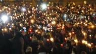 Mahnwache vor dem Krankenhaus: Hunderte Menschen zünden am Freitagabend in Offenbach eine Kerze an