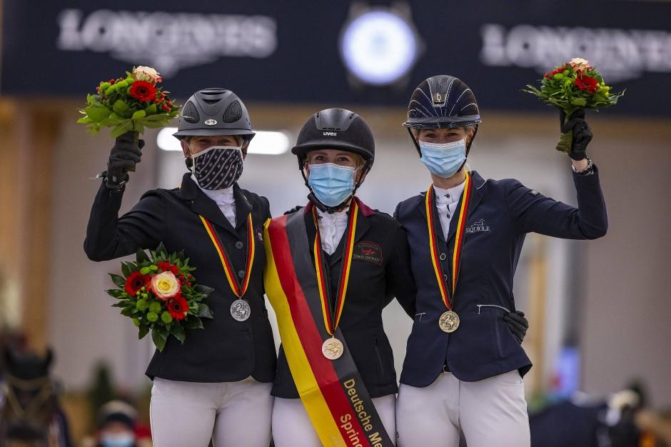 Siegerin mit schwarz-rot-goldener Siegerschleife, die ihr bis zur Wade reichte: Finja Bormann, eingerahmt von Barbara Steurer-Collee und Sarah Nagel-Tornau.