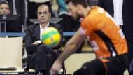 Stelian Moculescu, Trainer der Berlin Volleys (links), beobachtet seinen Spieler Jastrzebski Wegiel.