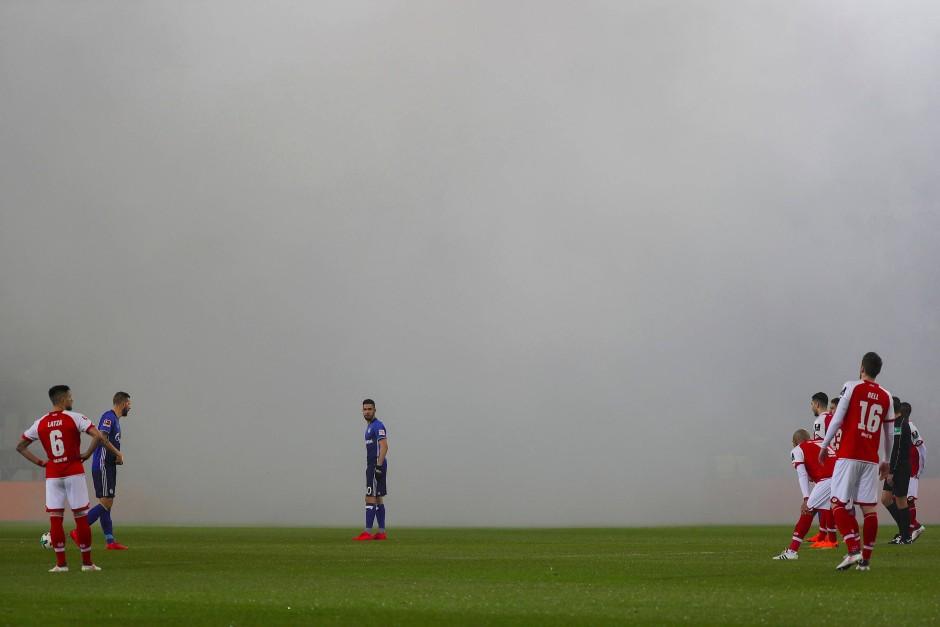 Wie Sie sehen, sehen Sie nichts: Rauchschwaden vor Spielbeginn.