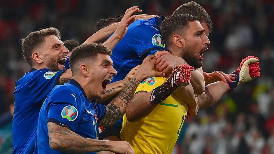 Der Held und Hüter: Gianluigi Donnarumma umringt von seinen Mitspielern