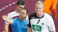 Bitte auf die Bank: Der Schiedsrichter schickt Patrick Wiencek mit einer Zeitstrafe vom Spielfeld