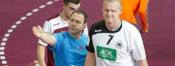 Bitte auf die Banmk: Der Schiedsrichter schickt Patrick Wiencek mit einer Zeitstrafe vom Spielfeld