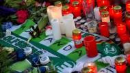 Vor dem Stadion in Wolfsburg legen Fans Blumen, Kerzen, Schals und Briefe für Junior Malanda nieder
