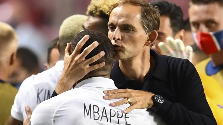 Der Dank des Trainers ist ihm gewiss: Thomas Tuchel (rechts) bedankt sich bei Kylian Mbappé.