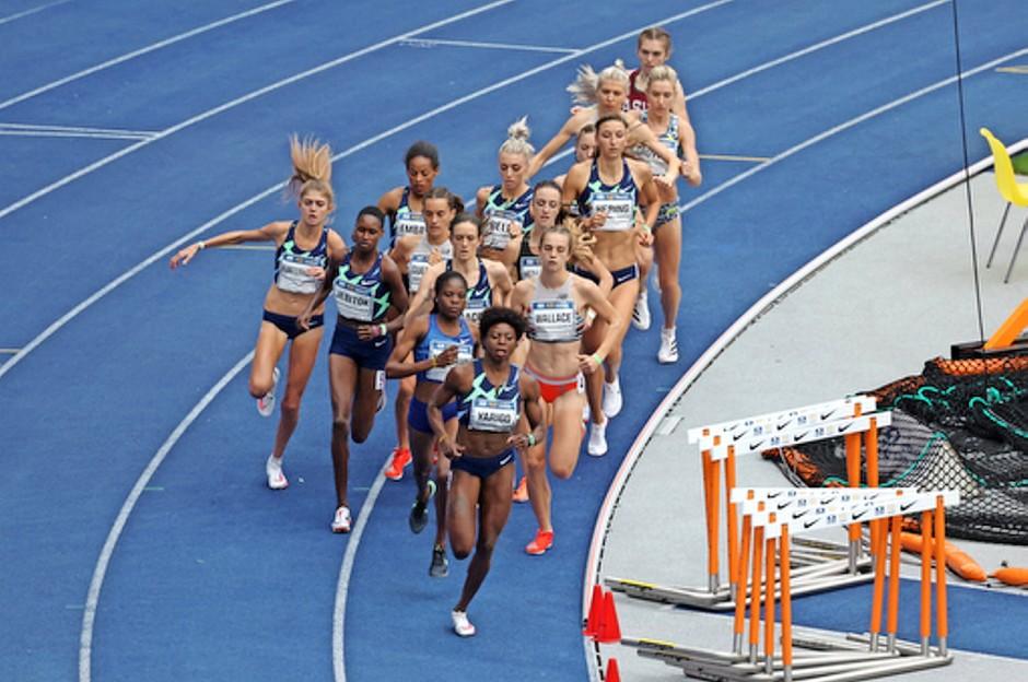 Drängt zurück ins Rennen: Konstanze Klosterhalfen (links)  im 1500 Meter Lauf beim Berliner Istaf