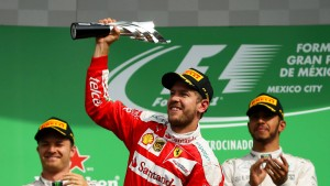 Vettel arrabbiato vom Podium geholt