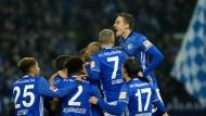 Königsblau obenauf: Schalke besiegt Augsburg in einem turbulenten Spiel.