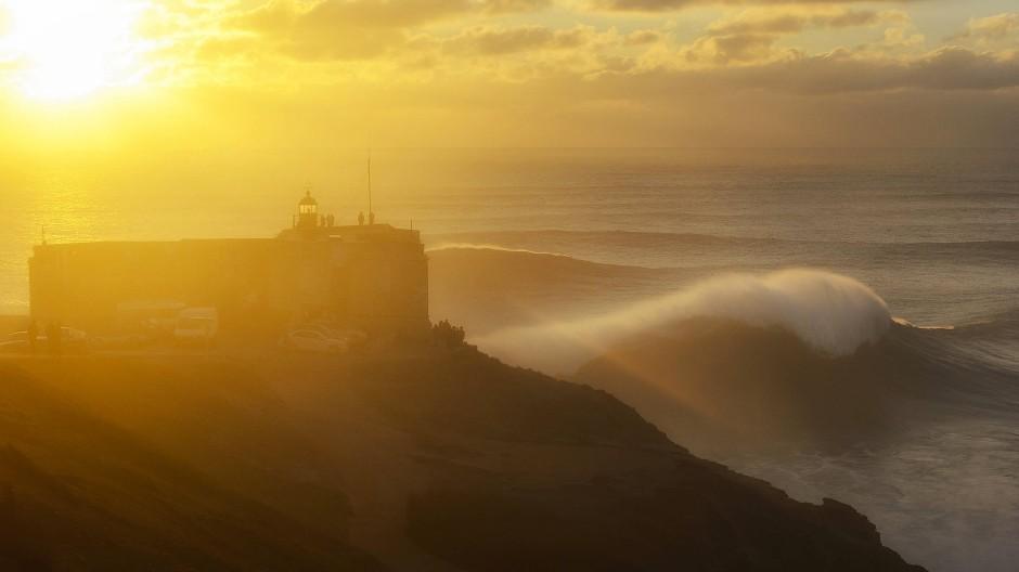 Der Kampf gegen ein Weltwunder: In Nazaré stürzen sich Big-Wave-Surfer in die größte Welle der Welt.