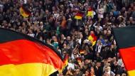 Ach, wenn es doch nur Fahnen wären: Dem DFB misslingt eine Choreographie.