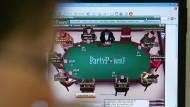 Pokerspiel im Internet: Der Staat sieht Suchtgefahren und will jeden Spieler kontrollieren.