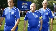 Wer wird Nachfolger von Joseph Blatter (Mitte)? Michel Platini (links) oder gar Franz Beckenbauer? (Foto von 2007)