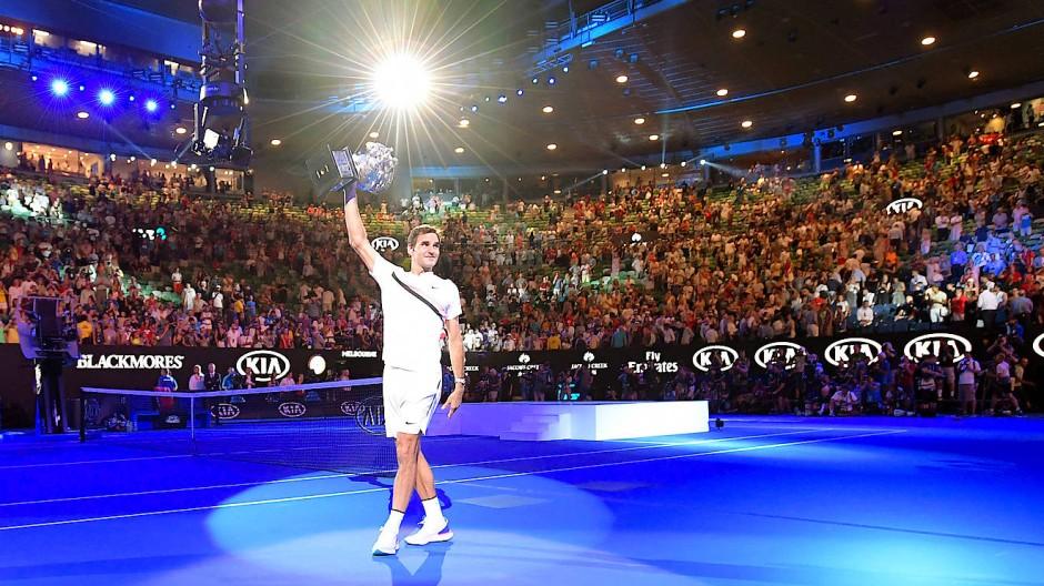 Die Lichtgestalt: Roger Federer mit Pokal
