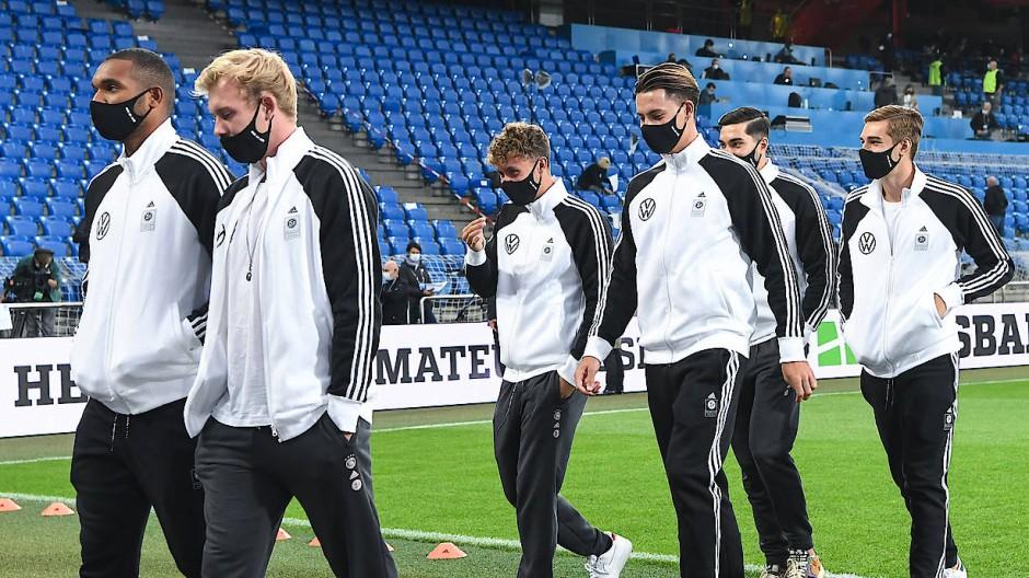 Welche Folgen Corona-Infektionen für Sportler, hier Spieler der deutschen Fußball-Nationalmannschaft im September beim Spiel in der Schweiz, haben, wird derzeit erforscht.
