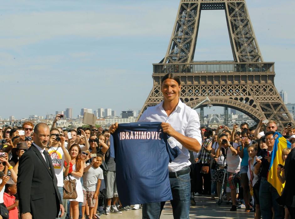 Zlatan Ibrahimovic wird stilecht vor dem Eiffelturm präsentiert