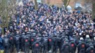 Künftig auf Bundesligakosten: Polizeibeamte blockieren am Weserstadion Fußballfans des Hamburger SV