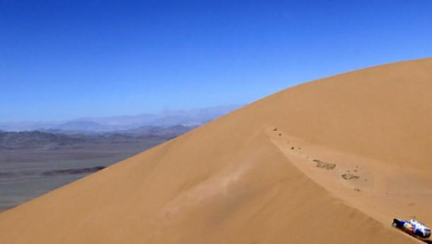 Die Wüste täuscht: Carlos Sainz war keineswegs so einsam unterwegs, wie das Bild suggeriert