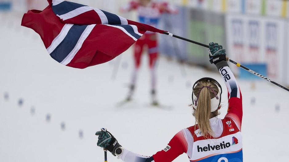 Norwegische Dominanz: Weltmeisterin Therese Johaug empfängt ihre Teamkollegin Ingvild Flugstad Östberg winkend im Ziel