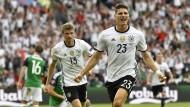 Die Erleichterung des Torjägers: Mario Gomez jubelt, Thomas Müller schaut zu
