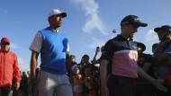 Der Superstar als Last für die Mitspieler: Russell Knox und Tiger Woods (l.)