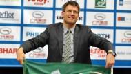 Fahnenträger: Thomas Weikert schwenkt die Flagge des Tischtennis-Weltverbands ITTF.