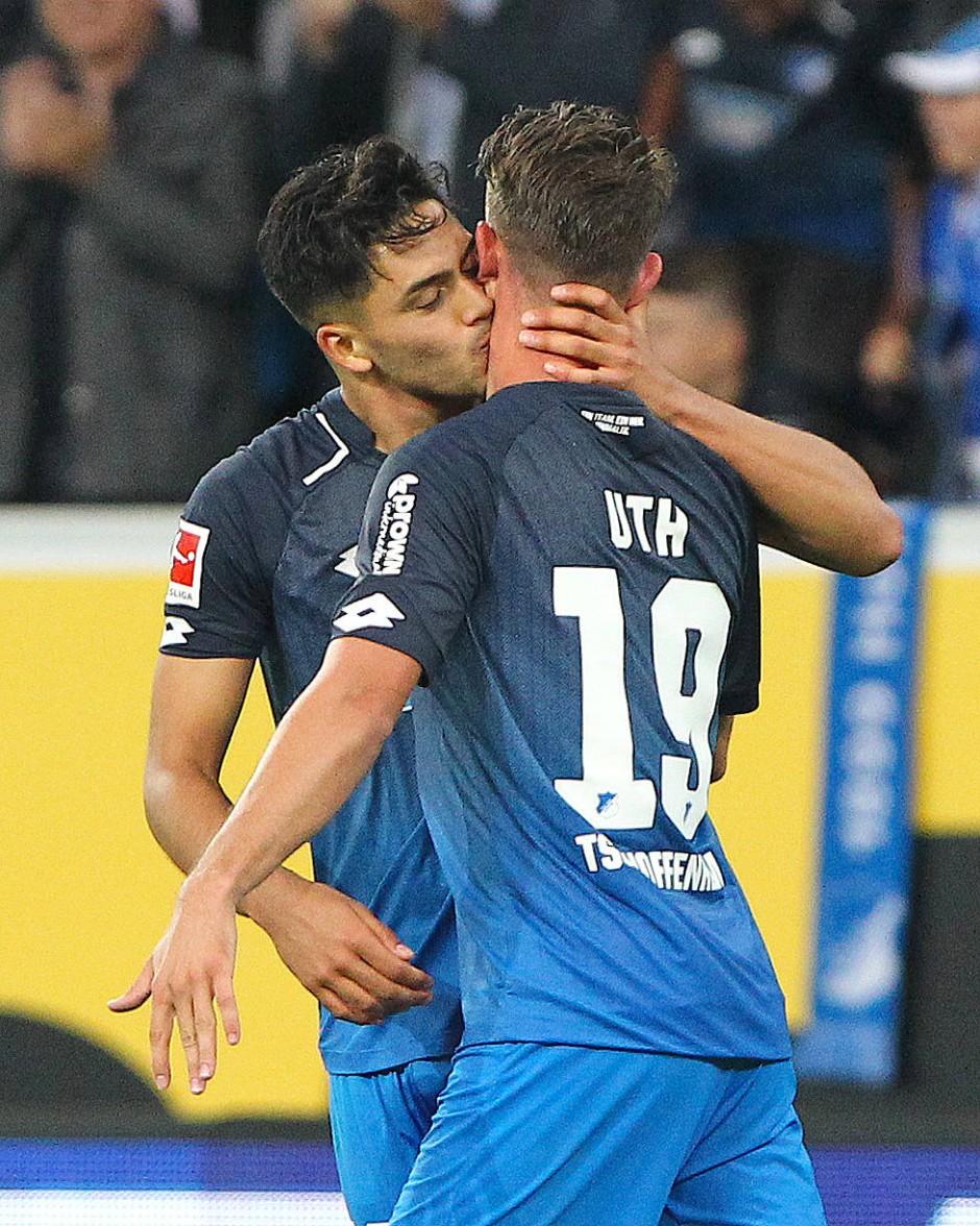Küsschen für den Mann des Abends: Mark Uth war gegen Bayern Hoffenheim wertvollster Spieler