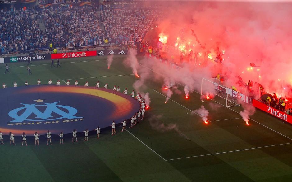 Vor dem Anpfiff hatten die Marseille-Fans großflächig Pyrotechnik abgebrannt.