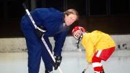 Früh übt sich: Vater und Sohn auf dem Eis