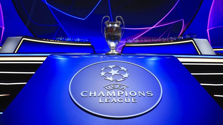 Ein Logo und ein Pokal als Markenzeichen der Champions League