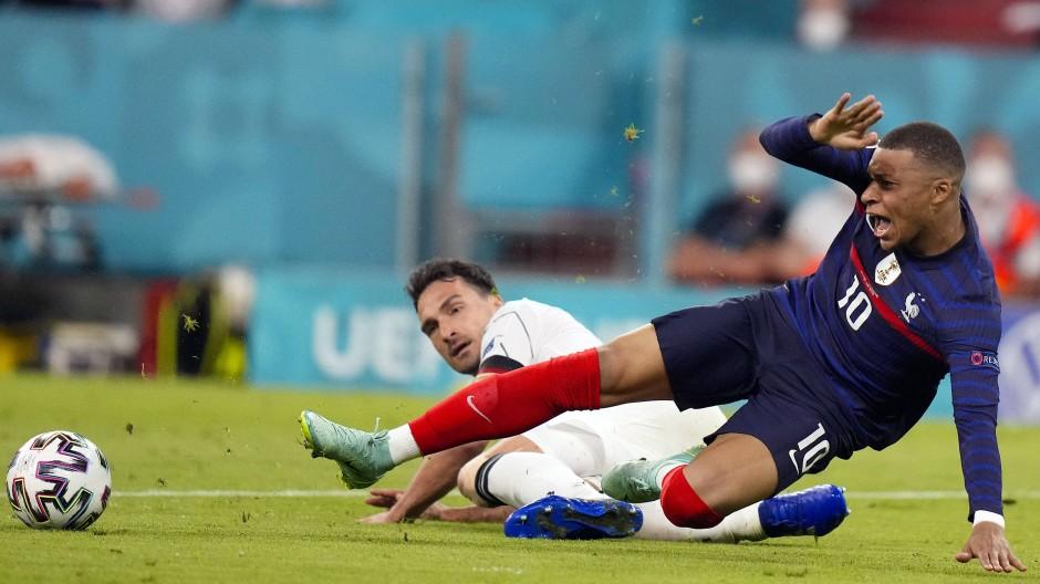 In höchster Not: Mats Hummels grätscht Kylian Mbappé den Ball vom Fuß.