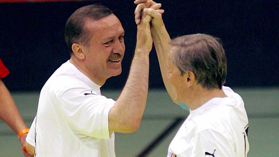 Hand drauf: Recep Tayyip Erdogan (links) und Wolfgang Schüssel beim Fußball (Bild von 2006)