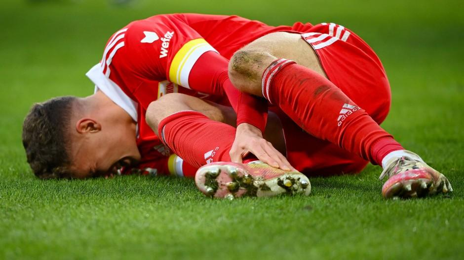 Schmerzhaft: Union-Profi Grischa Prömel liegt nach einem Zweikampf am Boden.