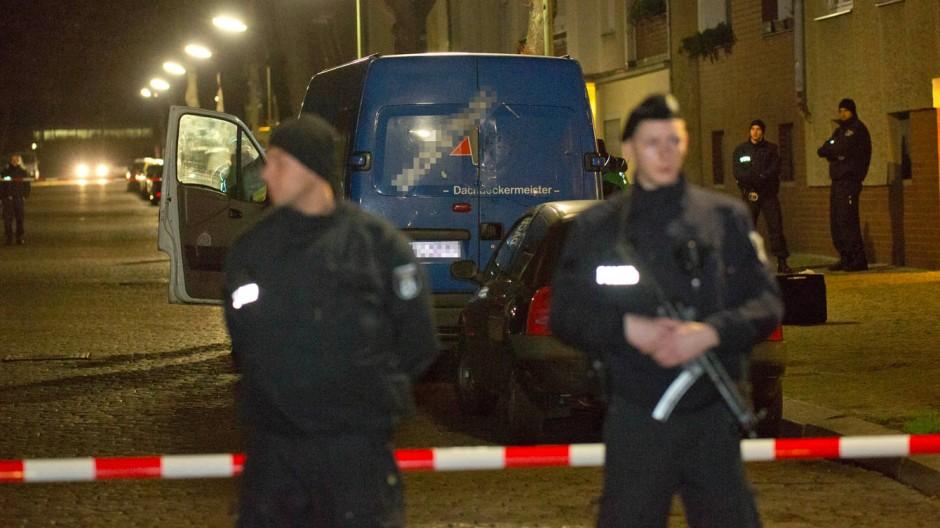 Beamte sichern am Abend im Berliner Stadtteil Britz den verdächtigen Transporter