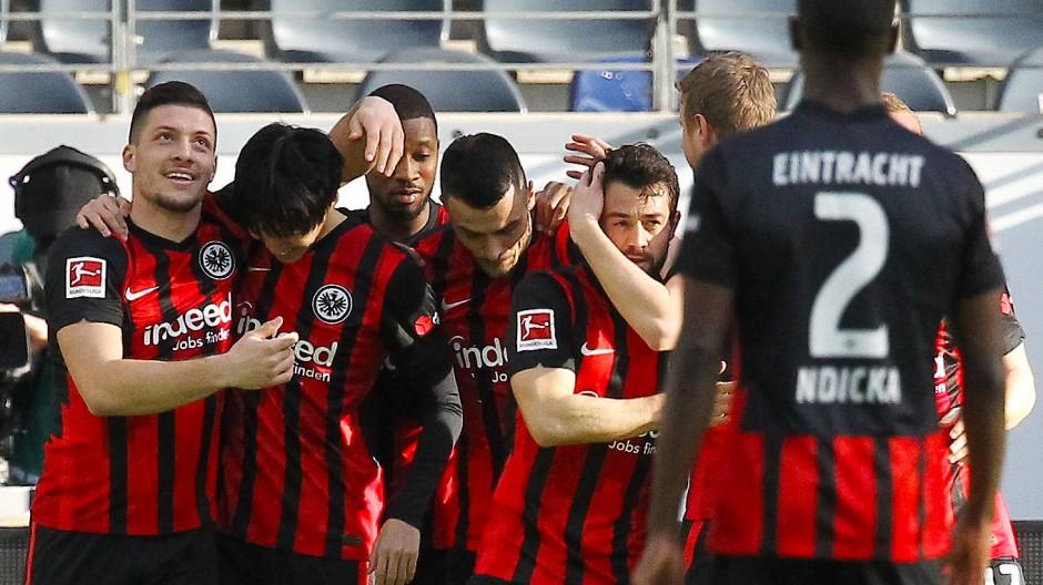 Eintracht Frankfurt besiegt auch den FC Bayern und kommt der Qualifikation zur Champions League näher.