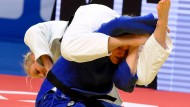 Gegnerin Huckepack genommen: Luise Malzahn (in blau) sichert sich EM-Bronze