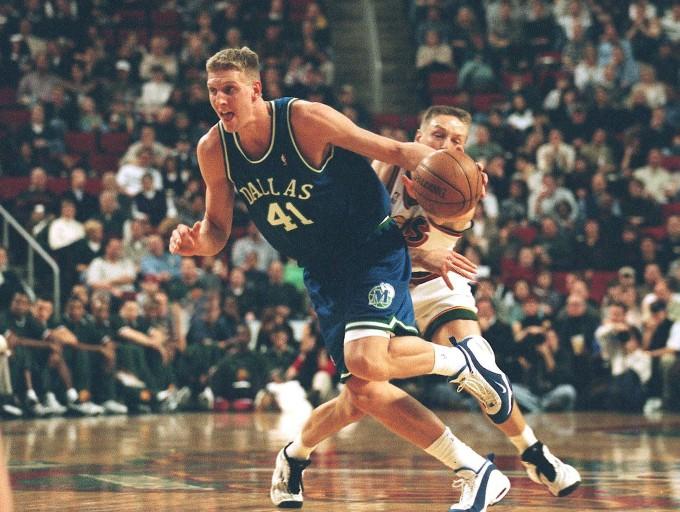 5. Februar 1999: Dirk Nowitzki spielt erstmals in der NBA. Sein Gegenspieler Detlef Schrempf bietet ihm danach Hilfe an.