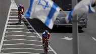 Der Franzose Thibaut Pinot vom Team FDJ (links) trainiert mit einem Teamkollegen vor dem Start des Giro d'Italia in Israel.
