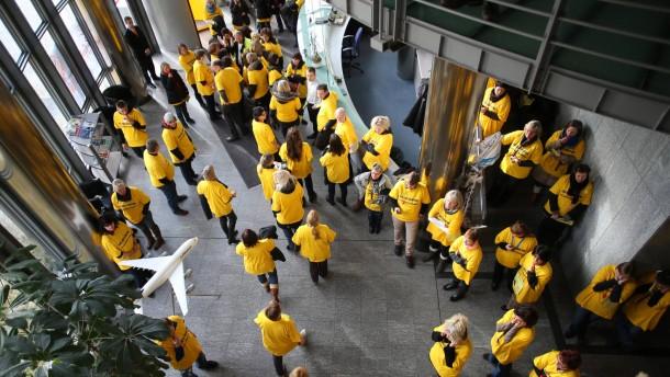 In Norderstedt protestieren die Lufthansa-Mitarbeiter gegen die Sparpläne