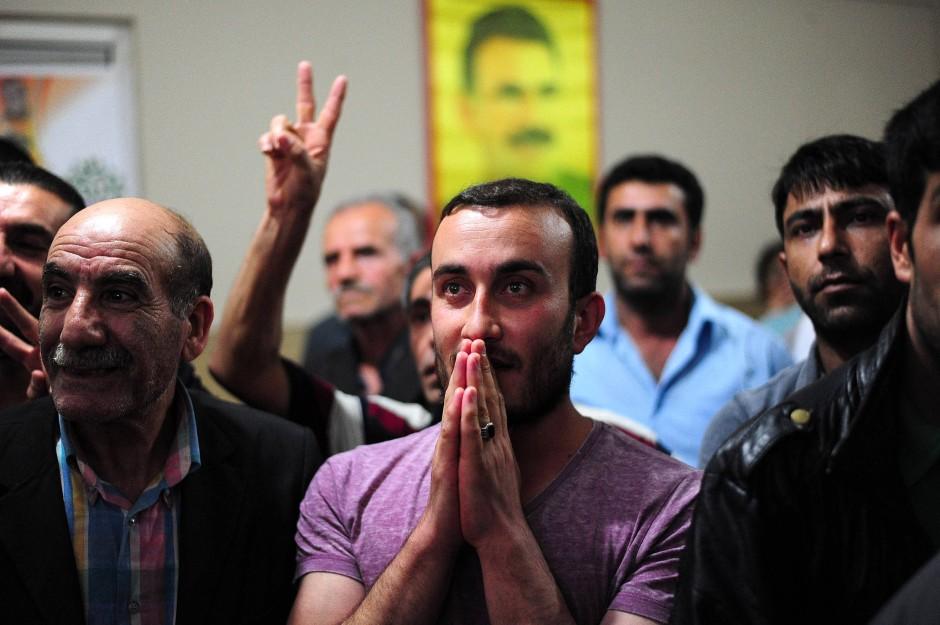 Anhänger der HDP warten vor den TV-Geräten auf die Wahlergebnisse