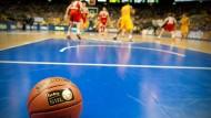 Still liegt der Ball: in Paderborn begann die Partie erst mit 25 Minuten Verspätung