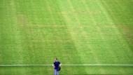 Durchscheinendes Zeichen: Hakenkreuz auf dem Rasen des Stadions von Split