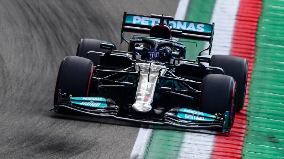 Lewis Hamilton startet in Imola vom ersten Platz aus ins Rennen am Sonntag.