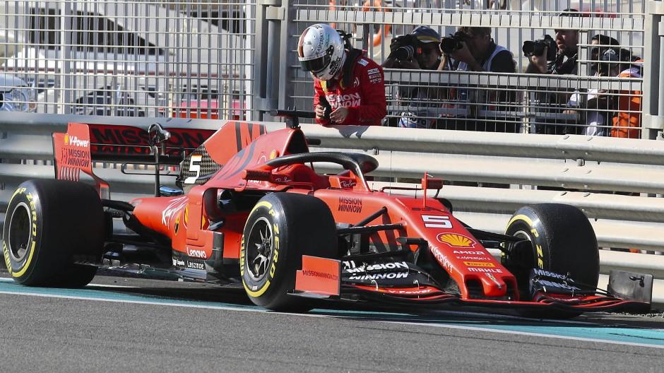 Nicht im Auto, sondern daneben: Sebastian Vettel beim Auftakttraining in Abu Dhabi