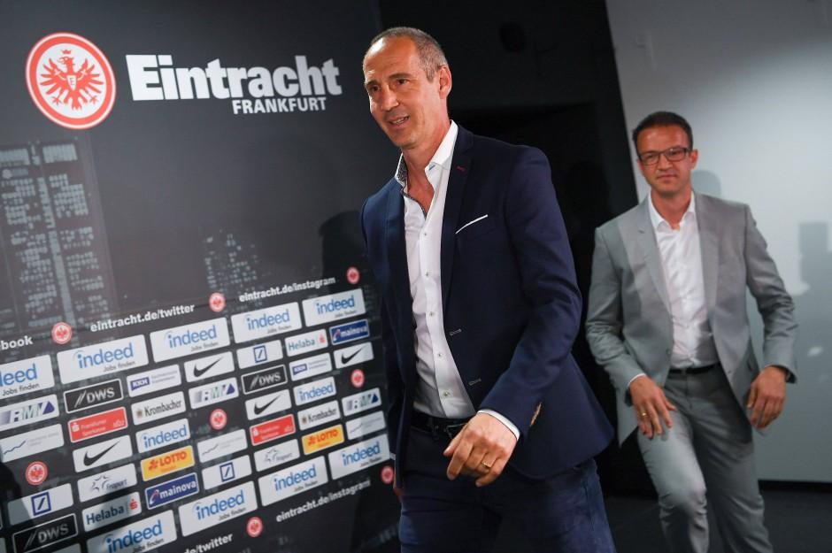 Adi Hütter gefolgt von Eintracht-Sportvorstand Fredi Bobic (rechts) bei seiner Vorstellung in Frankfurt.