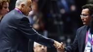 Am Ende der Debatte: Handschlag zwischen Palästinenser Rajoub und Israeli Eini (r.)
