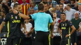 Brych zeigt Ronaldo Rot