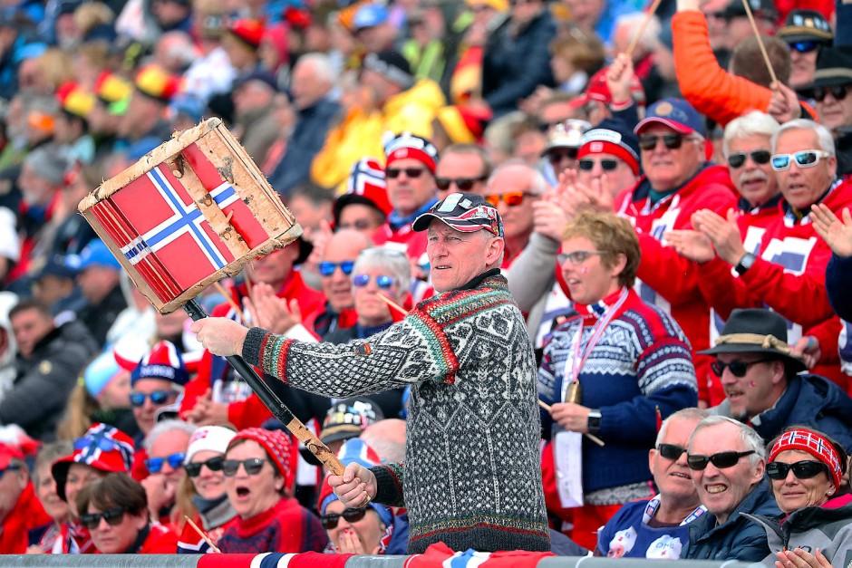Hatten allen Grund zur Freude: Norwegische Fans bejubeln das erfolgreiche norwegische Team in Antholz.